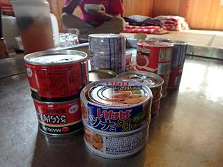 缶詰は食べ放題。30年前の調査にはなかったであろう、タイカレーの缶詰を発見。