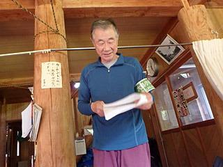 前回30年前の調査隊メンバーであり、旧朝日村で最後の村長を務めた佐藤さんが、この山小屋の管理人だ。