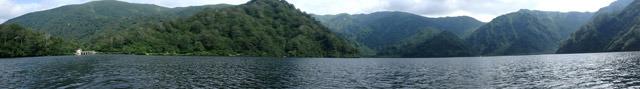 パノラマで見ると、山で囲まれた湖であることがよくわかる。クリックで拡大。