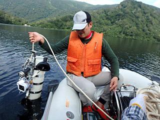 計器を1メートルずつ沈めていき、水温や残留酸素量、ペーハー値などを調べていく。