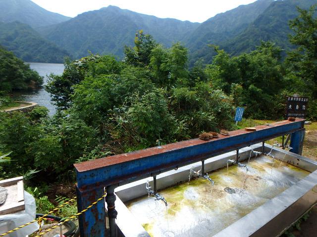 タキタロウが住むという池を眺めながら、おいしい水を飲むだけでも、ここまでくる価値はあるような気がします。