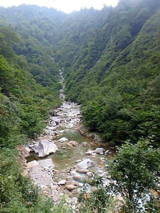 下山道にて。渓流釣りやトレッキングには最高の場所だと思う。