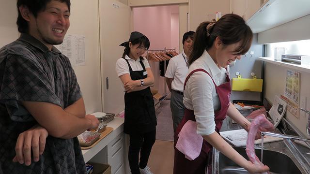 「いきなりサメ持ち込んで女性に料理させるとか、ハラスメント感ありますね」と安藤さん。まったくです。