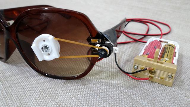 小型のモーターと回転軸を輪ゴムでつなげている