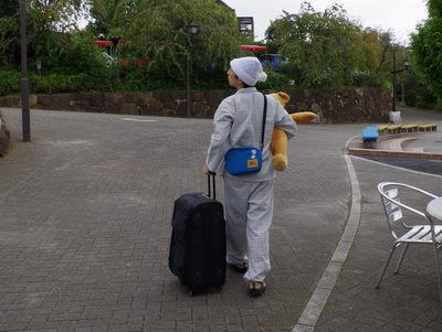荷物持っての移動風景