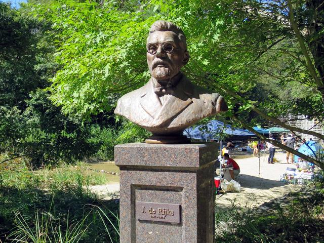 その傍らにはこの人の像が!デ・レーケさんじゃないですか!