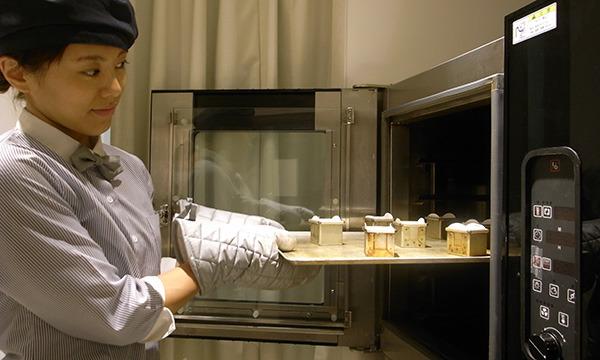型に「おかず」とケーキの生地を流し込み、オーブンで12分~15分焼く