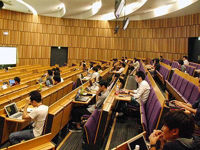 ちなみに会場は大学の講堂で、めちゃくちゃ広い。