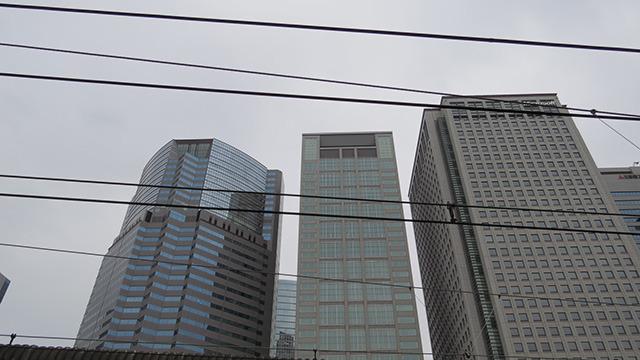 背景はリアル品川駅ホームからの眺めである。