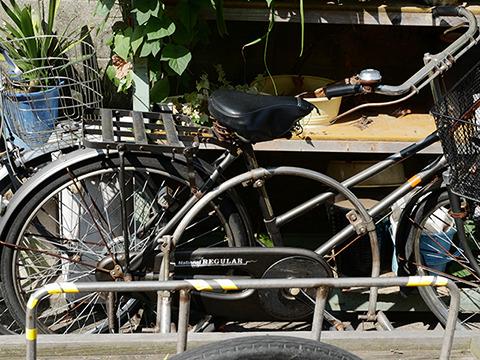 自転車にサイドカーがボルトで留まっている