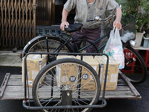 買い物帰りのおじいさんがあらわれた。たしかにこれだけの日用品を買って帰るのはふつうの自転車だとむりだ