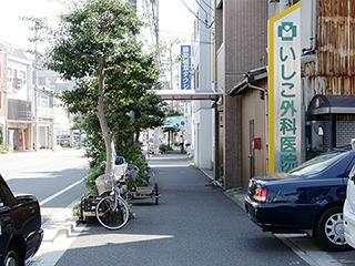横付けは駐輪場でも幅とるので路上に停めてあった。高松の風景。