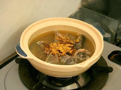 スッポン鍋(水炊き)の残りに市販のカレールーを溶くだけ。野菜は入れずにおいた。