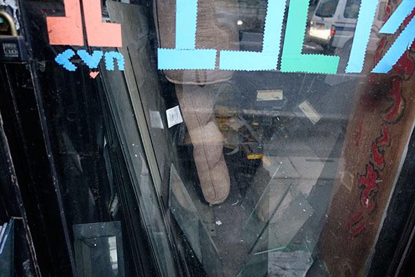 確かに、ガラスの破片(?)などが散乱してるし、入れないだろうなぁ……とは思っていましたが
