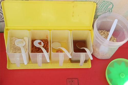 トッピングは、砂糖、酢、唐辛子、ナンプラー、ピーナッツ