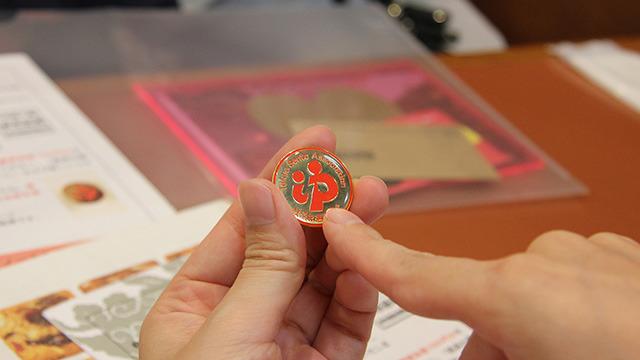 台紙は協会が出している「お遍路マップ」という本についてきて、1冊88箇所をうめて送ると賞状と記念品がもらえる。これは「ゆ」のロゴが入った記念バッヂ