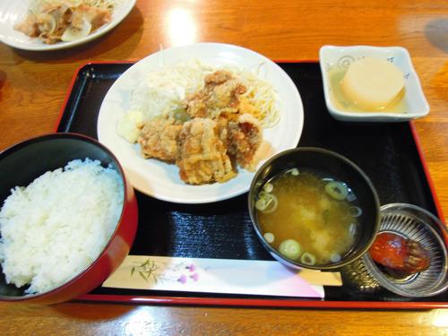 しっかりとタレに漬け込まれた大ぶりなからあげ定食(500円)