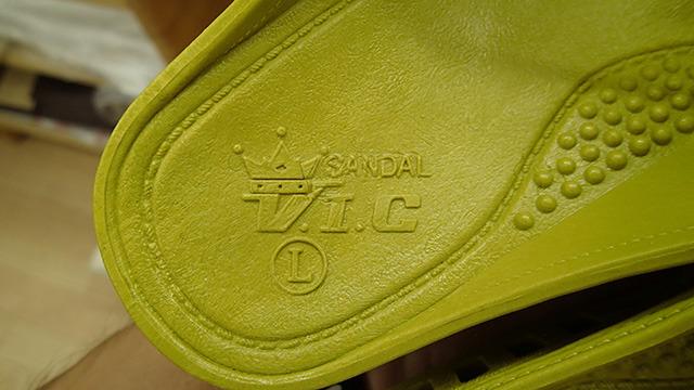 書かれているのは「SANDAL」「V.I.C」そしてサイズの「L」のみである。