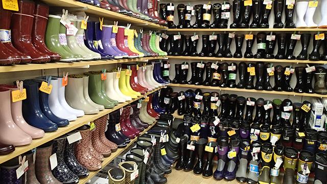店内はゴム製長靴はじめ、サンダル類が所狭しと並んでいる。ゴムのいい匂いである。