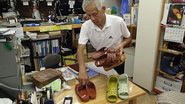 川口さんは地元中学の軟式テニス部監督。