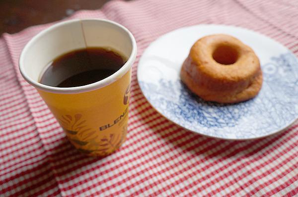 ブレンズコーヒーの「レギュラー」。お茶うけはトマトの焼きドーナッツでございます