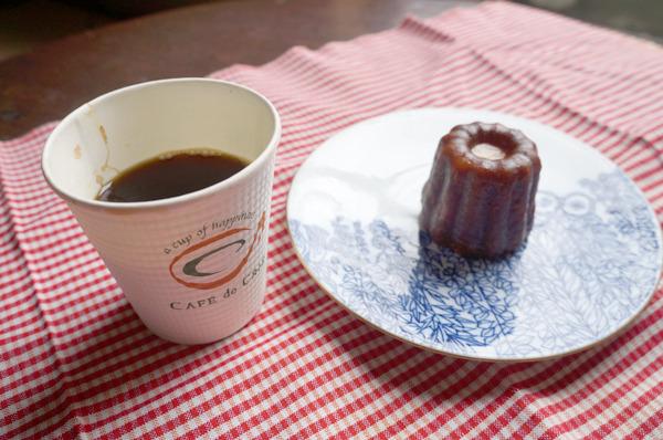 カフェ・ド・クリエの「レギュラー」。お茶請けはカヌレです