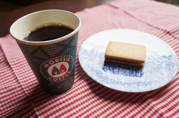 モリバコーヒーの「レギュラー」。お茶請けは「サンマスカットレーズン」、レーズンウィッチ的なお菓子