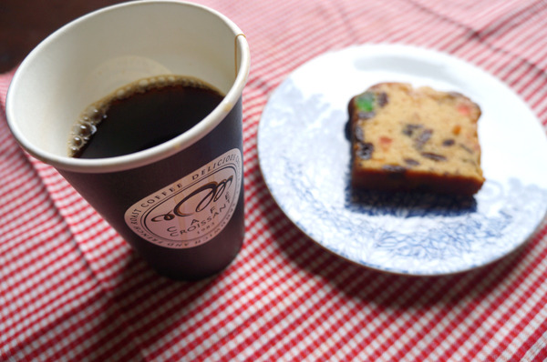 カフェクロワッサンの「レギュラー」、お茶請けはフルーツケーキ