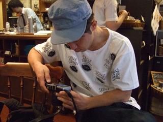 休憩中の喫茶店にて。「今日は収穫ナシやなあ……」とカメラをチェック。