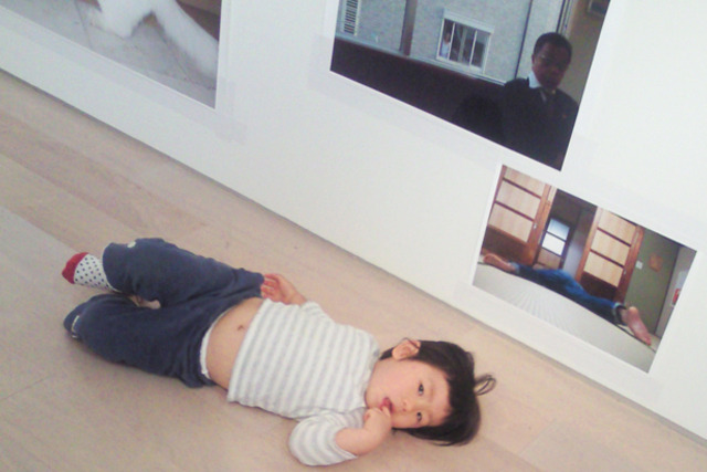 写真展『ですよねー。』(2011年)で、この写真の前からぜったいに離れなかったダボちゃんことデイリーライター大北&高瀬ご息女。幼児をもとりこにさせるナニかがあるらしい。