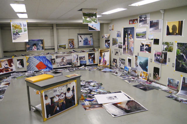 2年前の写真展『タコだまし』風景。一瞬カオスにみえる展示も、何日もかけて練り込んでいた。