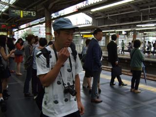 ホーム内でも容赦なく180度周囲を観察するいくしゅんさん。時間に余裕があるときは、撮影チャンスを狙い、ひとつ前の駅で降りて歩いていくこともあるという。