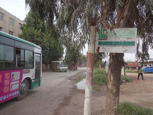 11番バスで到着したのは、「金馬村」駅の最寄りのバス停「水庫」。貯水池バス停だ。