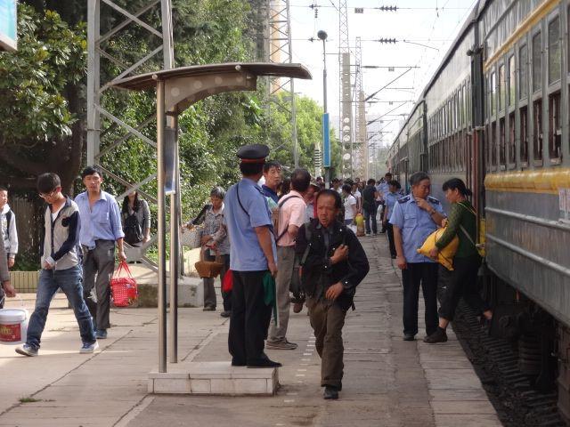 各車両にいる車掌が乗客の降車を見守る。切符はチェックも回収もしない
