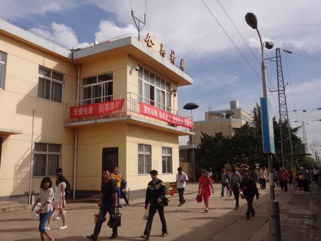 1日1本停車で、駅前に何もない駅とは思えないほど多くの人が降りていた