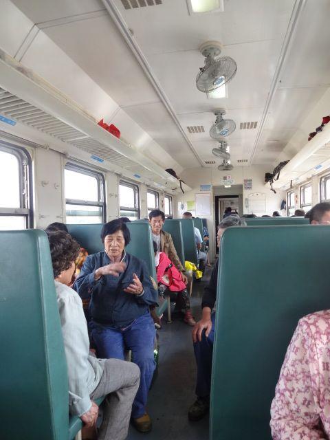 空席は結構目立っていた。1日1本ながら、金馬村駅の前には多くの人が座ってたのだろう