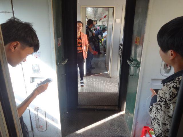 扉の前で立ちスマホ、椅子で座りスマホなどスマホは各駅停車でも持ってる人は結構いた