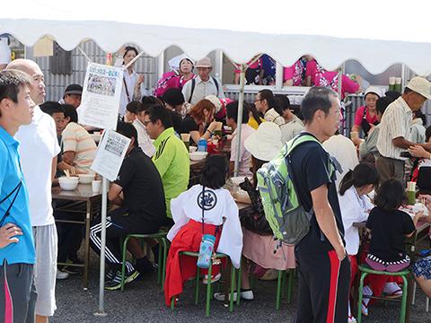 みんなうどんを食っているのである。ここは香川