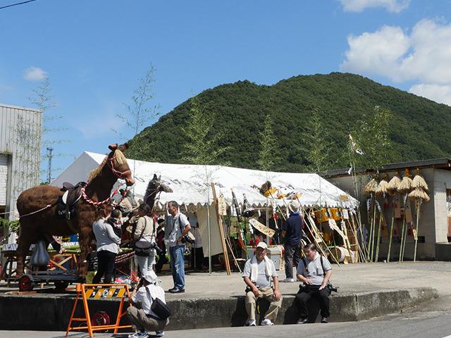シュロでできた馬。竹などでできた神輿。天気もよくてお囃子がきもちいい