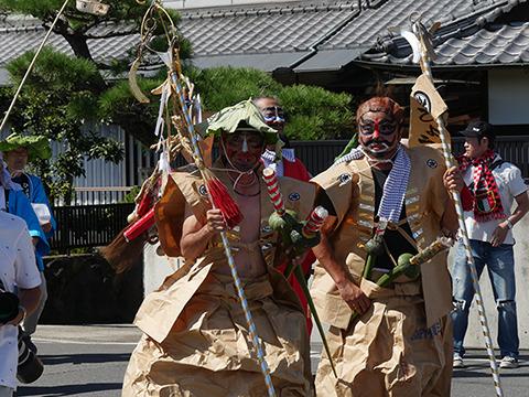 紙の陣羽織にハスの葉の傘、腰には里芋の茎の刀をさす