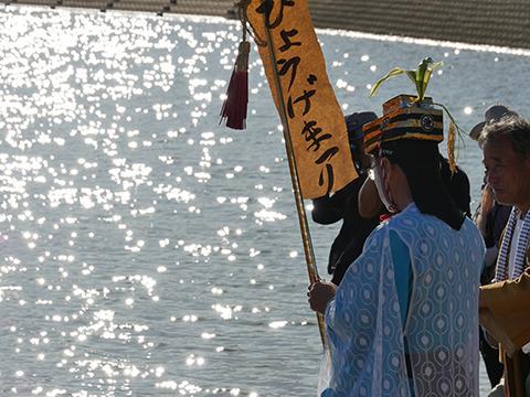 祭りのクライマックス。池にむかって神官が祝詞をあげる。こんなキラキラした感動的な場面だが…