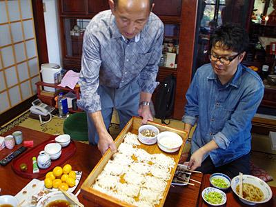 さっそく丸喜製麺謹製の麦切りを食べさせていただきました。三代目修行中の長男が「そばラップ」とやらをやっていて、若干真意が分からない。