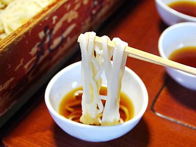 蕎麦打ち職人が、うどん粉で蕎麦のような麺を打ったと考えると納得できるような気もする。