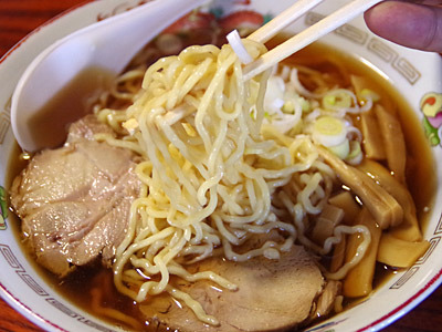 ラーメン専門店ではなく、山形のお蕎麦屋さんのメニューに高確率で存在しているような、あっさり醤油スープに細い縮れ麺の中華そばもいただきました。