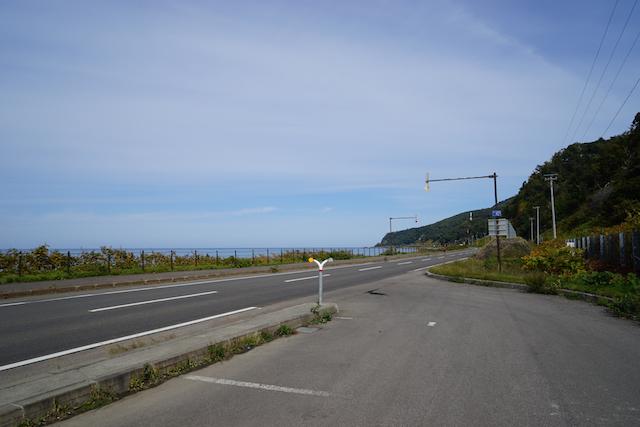 国道沿いのパーキングエリアより。道の向こうはオホーツク海。