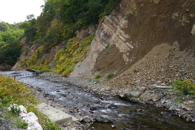 手前左の階段。向いの崖崩れにより半分以上が土砂で埋まっており、立ち入り禁止。