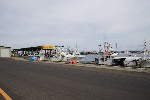 羅臼港、一層冷たい風が吹きすさぶ。