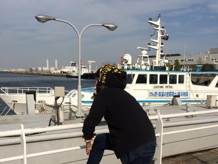 港の景観を損ねかねない文字近辺の色合いは、メッセージがより目立つために他なりません。