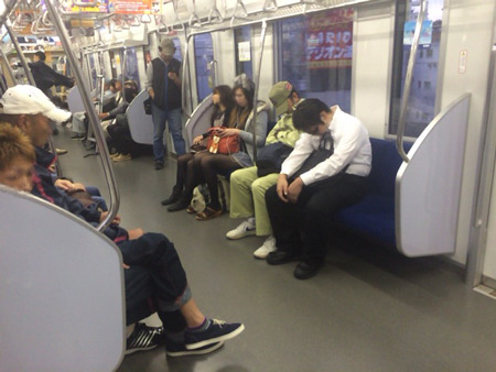 3連休中日、早朝の電車だからか、みなさん非常によく眠ってらっしゃる。