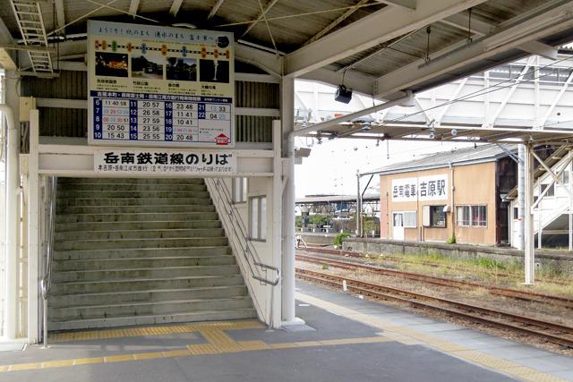 吉原駅から連絡跨線橋が延びてます。